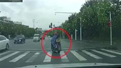 Vô tình để rơi đứa bé trên đường, người đàn ông CỐ TÌNH có hành xử côn đồ