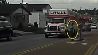 Không để ý khi sang đường, người phụ nữ đập mặt vào… thùng xe tải