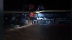 Thót tim giải cứu 20 người trên xe khách bị lũ cuốn trong đêm