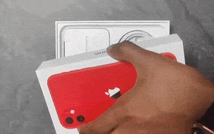 Video hộp iPhone: Apple bỏ củ sạc và tai nghe đã đành, sao lại còn 'bớt' luôn món quà mà ai cũng thích?
