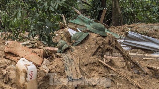 Những hình ảnh quặn lòng trong trận lụt càn quét miền trung ruột thịt: Đồng bào cả nước xót xa!