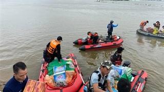 Biệt đội cano 0 đồng và những câu chuyện xúc động trên đường cứu trợ: 'Cả Quảng Bình trắng đêm giữa mưa lạnh, ước gì có thêm 100 chiếc cano'