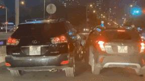 Hai ô tô rượt đuổi, cọ bánh 'điên cuồng' gây náo loạn phố Hà Nội