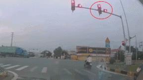 Vượt đèn đỏ tông ngang container, đôi nam nữ đi xe máy nguy kịch