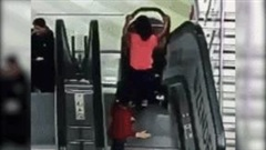 Đẩy xe nôi xuống thang cuốn khi không có bố mẹ, 2 đứa trẻ bị thương nặng