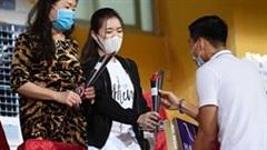 Hà Nội FC ủng hộ miền Trung; Văn Hậu bất ngờ tặng hoa nữ CĐV ở sân Hàng Đẫy