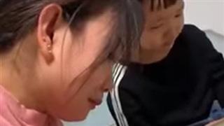 Cảnh dạy học nhận nhiều đồng cảm: Mẹ vừa nói vừa khóc, con vừa nghe vừa mếu