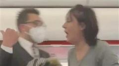 Bị yêu cầu xuống máy bay vì không chịu đeo khẩu trang, người phụ nữ nhổ nước bọt vào… hành khách