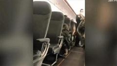 Bị đuổi khỏi máy bay, người phụ nữ cay cú chửi thề và phun nước bọt vào hành khách