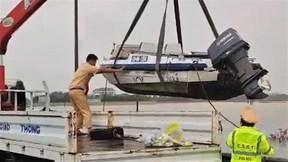 Cảnh sát đường thuỷ đưa ca nô vào cứu hộ, cứu nạn miền Trung