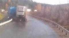 Xe container mất lái khi ôm cua, trượt dài rồi bốc cháy trên đường