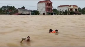 Bị lật thuyền khi vượt lũ ra xin cứu trợ, may mắn được công an cứu