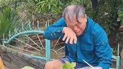 Quảng Bình: Cụ ông bật khóc khi nhận được hộp cơm nóng sau 5 ngày lũ vùi đói cồn cào