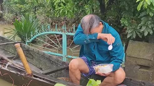 Giọt nước mắt của người đàn ông nhận đồ cứu trợ sau 5 ngày bị lũ vùi
