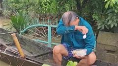 Giọt nước mắt của người đàn ông nhận đồ cứu trợ sau 3 ngày nhịn đói