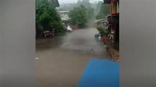 Đoạn đường chia đôi: một bên khô như rang, bên kia mưa trút nước