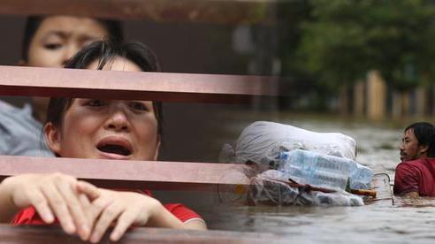 Hơn 2 tuần chịu trận lũ lịch sử, người dân Quảng Bình vẫn phải leo nóc nhà, bơi giữa dòng nước lũ cầu cứu đồ ăn