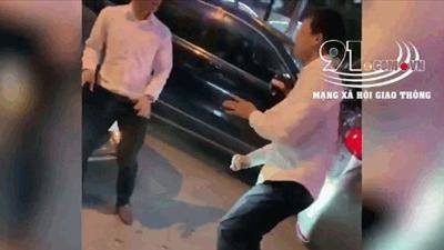 """Hai thanh niên """"đấu võ"""" như phim hành động giữa đường phố"""