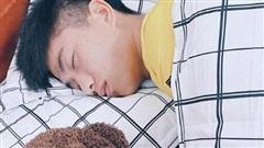 Xa vợ vài ngày, Văn Đức đã ôm 'gấu' mới ngủ ngon lành