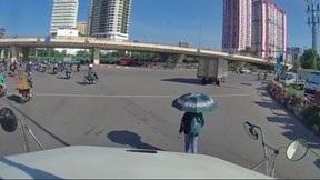 Nữ sinh thong thả đi bộ trước đầu xe container dù tài xế liên tục bấm còi