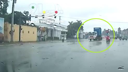 Tránh xe máy bất ngờ tạt đầu sang đường, xe container vặn đầu hết hồn vía