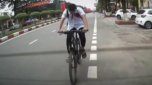 Cái kết của anh chàng vừa đi xe đạp, vừa… đếm vòng quay
