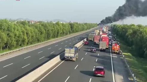Xe bồn bốc cháy giữa cao tốc Hà Nội - Hải Phòng