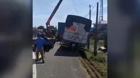 Xe tải đi vào đường sụt lún xuống ruộng