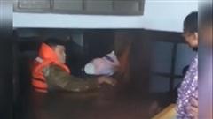 Bé sơ sinh được giải cứu từ ngôi nhà ngập gần tới nóc