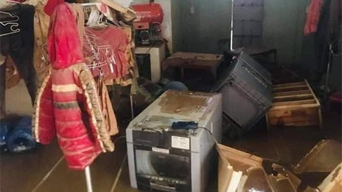 Xót xa hình ảnh nhà cửa tan hoang, đồ đạc bám bùn sau khi lũ rút