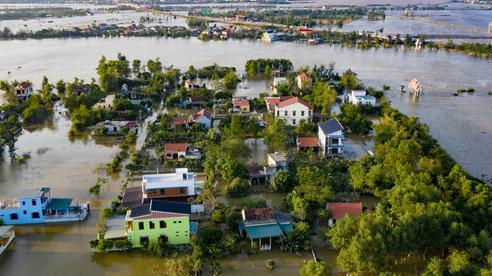 'Rốn lũ' Quảng Bình nhìn từ flycam: Nắng đã lên, nhiều tuyến đường đã thông, thuận lợi cho cứu trợ