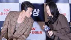 Thấy Hyun Bin có hành động không nên, Son Ye Jin liền nhắc nhở, biểu cảm ngượng ngùng nhưng hạnh phúc thấy rõ gây chú ý