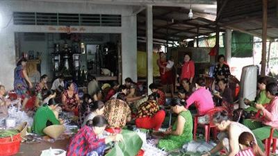 Hơn 1.000 đòn bánh tét, 1.000 hũ kho quẹt mang tình người Lai Vung gửi đến đồng bào miền Trung