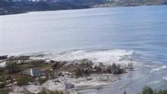 Như ngày tận thế: 'Cả cụm' 8 ngôi nhà bị cuốn phăng ra biển