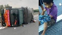 Xe tải chở đồ cứu trợ lũ lụt bị lật nghiêng giữa đường, tài xế bị thương
