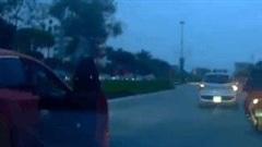 Người phụ nữ bất ngờ đạp tung cửa khi ô tô đang chạy trên đường