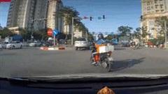 Vừa dùng điện thoại vừa tạt đầu ô tô để rẽ, xe máy bị tông văng
