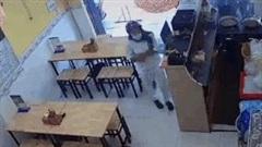 'Nữ quái' trộm điện thoại nhanh như chớp trong cửa hàng bún đậu