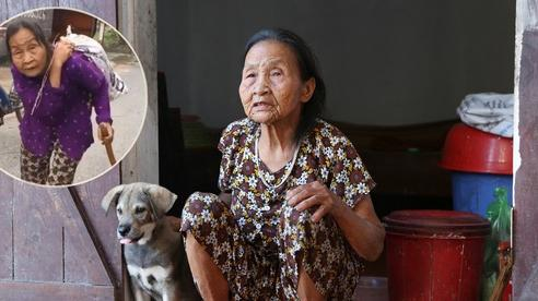 Gặp cụ bà lưng còng 'cõng' bao quần áo, mì tôm ủng hộ người dân miền Trung: 'Hơn 200.000 đồng/tháng tôi vẫn đủ ăn tiêu xả láng, của ít lòng nhiều, giúp được phần nào đỡ phần đó'