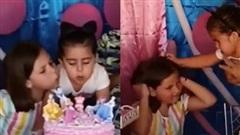 Clip 2 bé gái chí chóe tranh nhau thổi nến sinh nhật khiến dân tình cười nắc nẻ, đặc biệt hơn là loạt ảnh hậu trường 'tình chị em trước khi sứt mẻ'