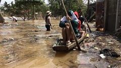 Ảnh: Người dân Quảng Bình bì bõm 'bơi' trong biển rác sau trận lũ lịch sử, nguy cơ lây nhiễm bệnh tật