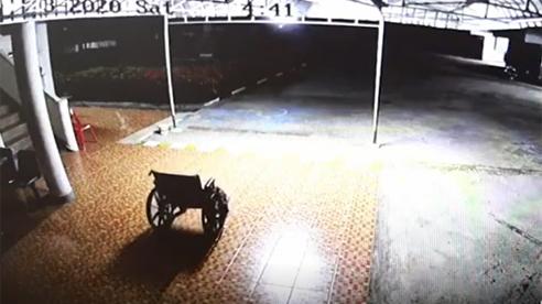 Chiếc xe lăn của người đã mất TỰ DI CHUYỂN giữa đêm tối