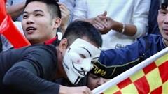 CĐV Nam Định gây tranh cãi khi mỉa mai trọng tài theo cách kỳ lạ: Đóng giả làm 'vua áo đen' cho mọi người xử phạt trên khán đài