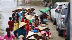Câu chuyện cứu trợ sau trận 'đại hồng thủy' ở Quảng Bình: Điều tiết thế nào để tránh tình trạng người dân nơi thừa, nơi thiếu