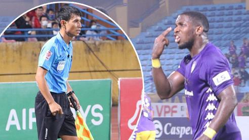 Ngoại binh Hà Nội FC chửi thề, quát trọng tài FIFA: 'Mở mắt ra mà bắt'