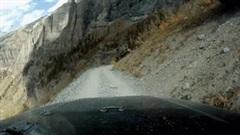 Khoảnh khắc ôtô lao xuống vách núi vì hỏng phanh tay