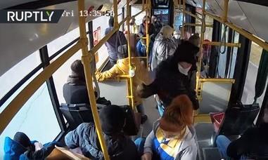 Clip nữ tiếp viên xe buýt bị hành hung dã man vì nhắc đeo khẩu trang