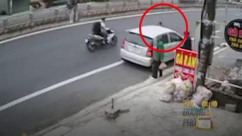 Vừa bước xuống ô tô, đứa bé chạy như bay sang đường, và một xe máy lao đến...