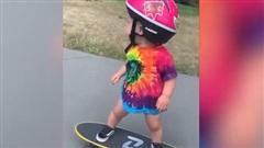 Bé gái 13 tháng tuổi có thể trượt ván điêu luyện thế này, sao bạn lại không?