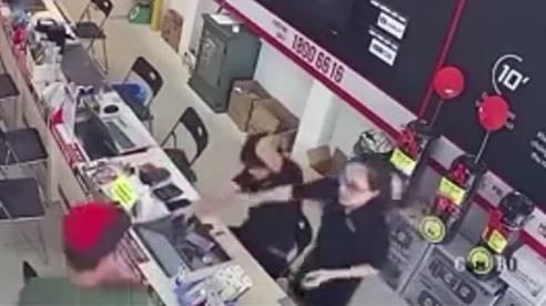 Người đàn ông dùng gậy 3 khúc đập vào đầu nhân viên cửa hàng
